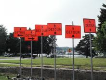 6 detour signs with arrows pointing in 3 different directions